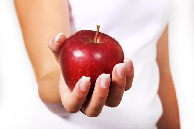 ruka, červené jablko
