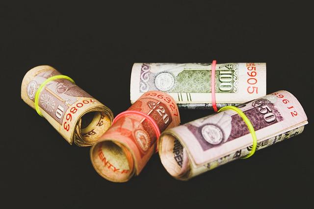 indické rupie v ruličkách