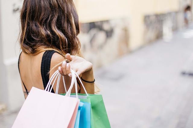 žena s nákupními taškami.jpg
