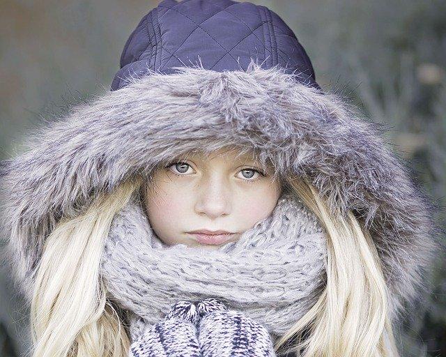 děvče zahalené v teplém oblečení.jpg