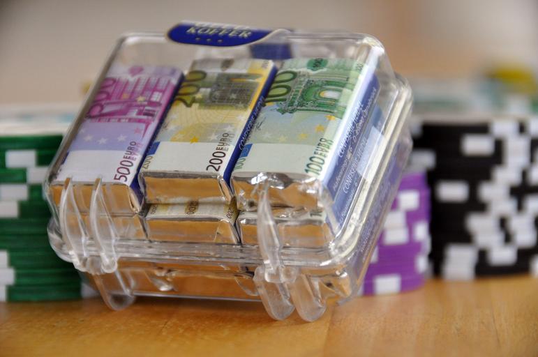 eura v průhledném kufříku